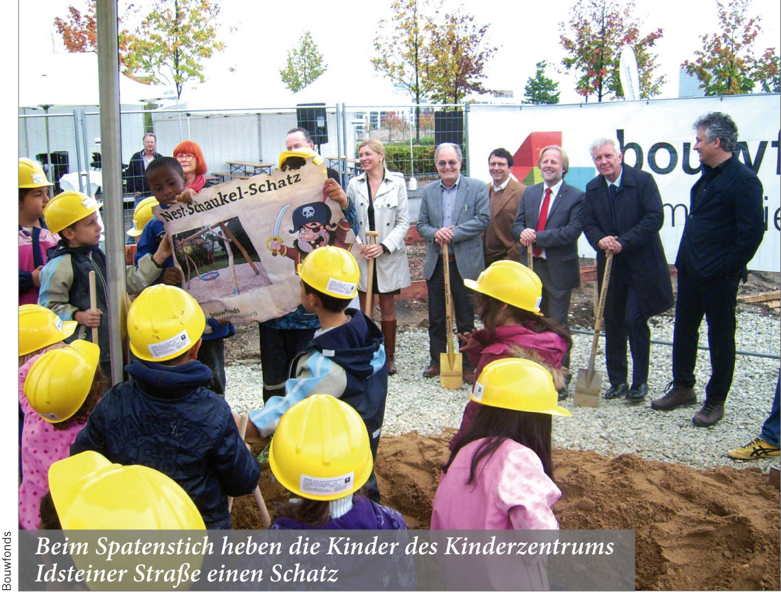 Beim Spatenstich heben die Kinder des Kinderzentrums Idsteiner Straße einen Schatz