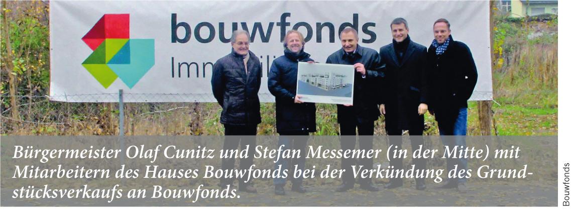 Bürgermeister Olaf Cunitz und Stefan Messemer (in der Mitte) mit Mitarbeitern des Hauses Bouwfonds bei der Verkündung des Grundstücksverkaufs an Bouwfonds.