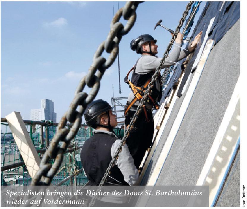 Spezialisten bringen die Dächer des Doms St. Bartholomäus wieder auf Vordermann