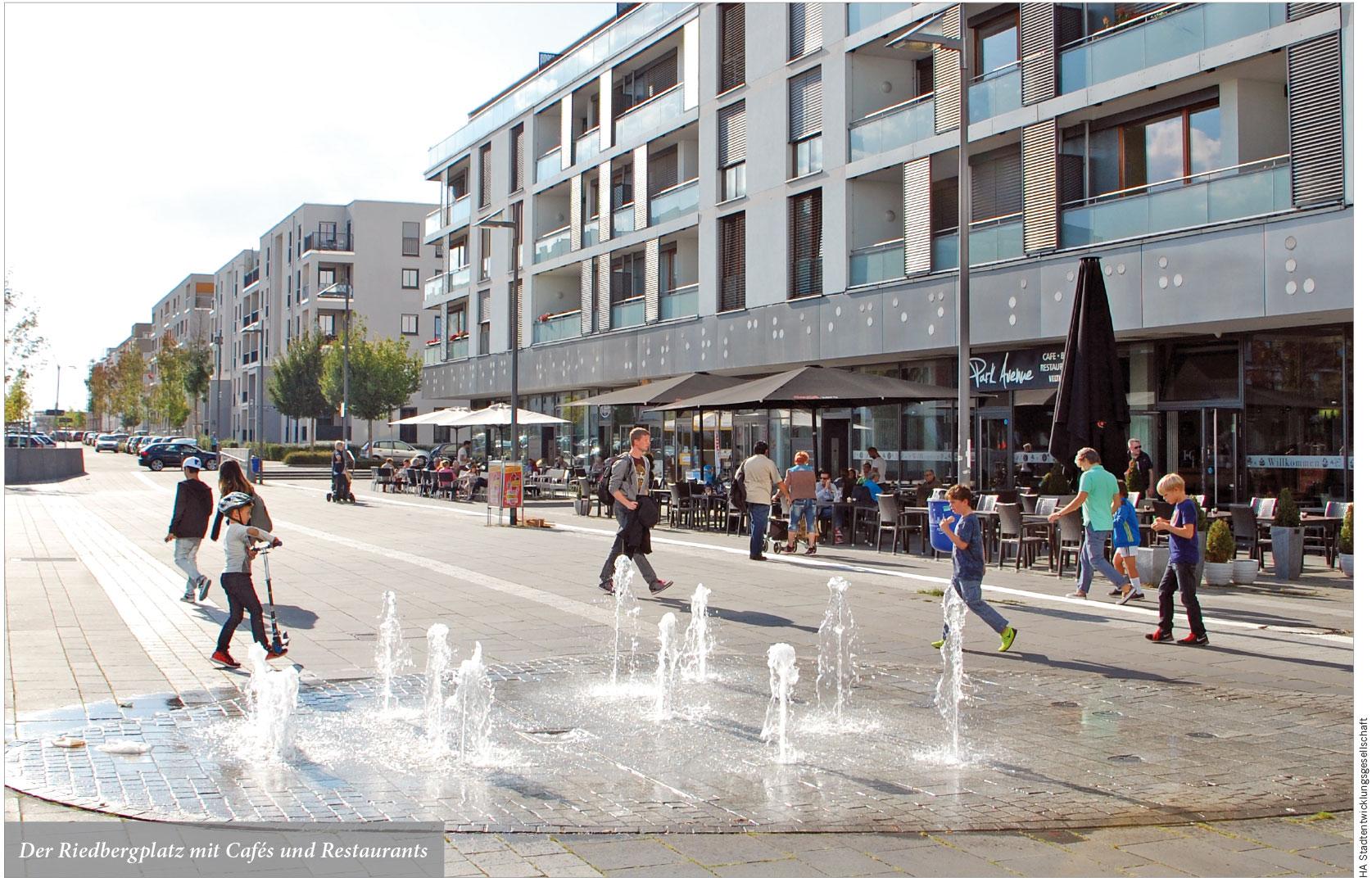 Der Riedbergplatz mit Cafés und Restaurants