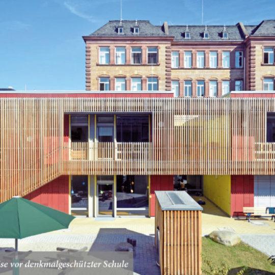 Denkmalgeschützes Schulgebäude um Kita und Turnhalle ergänzt