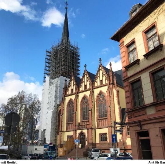 Aufwendiges Gerüst für die Dreikönigskirche